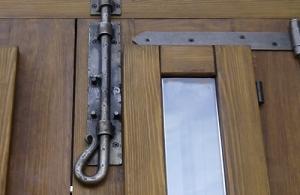 Puertas rusticas de madera exterior best puerta de acceso - Pasadores para puertas ...